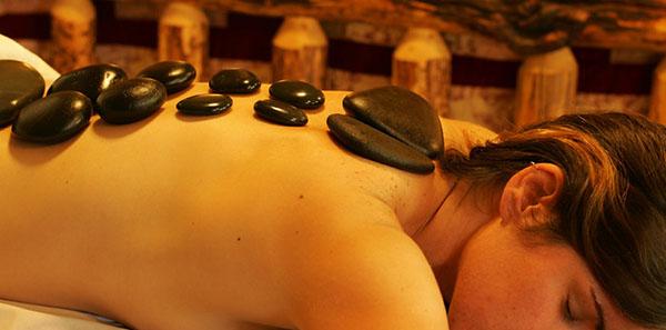 masajista piedras calientes